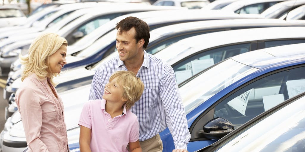 family-buying-a-new-car