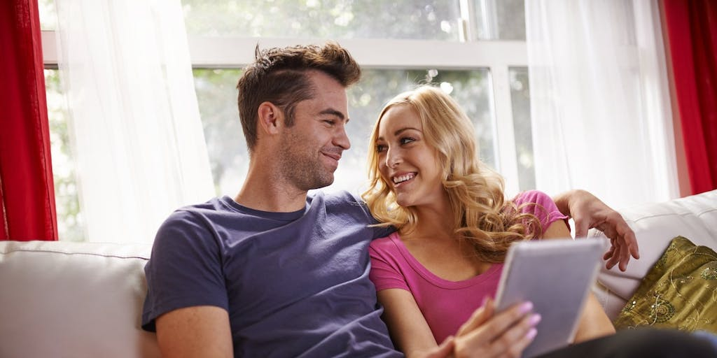 couple-using-tablet-to-buy-stuff-online