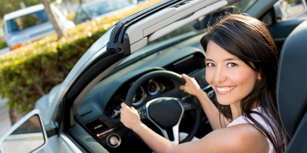 smiling-woman-in-car