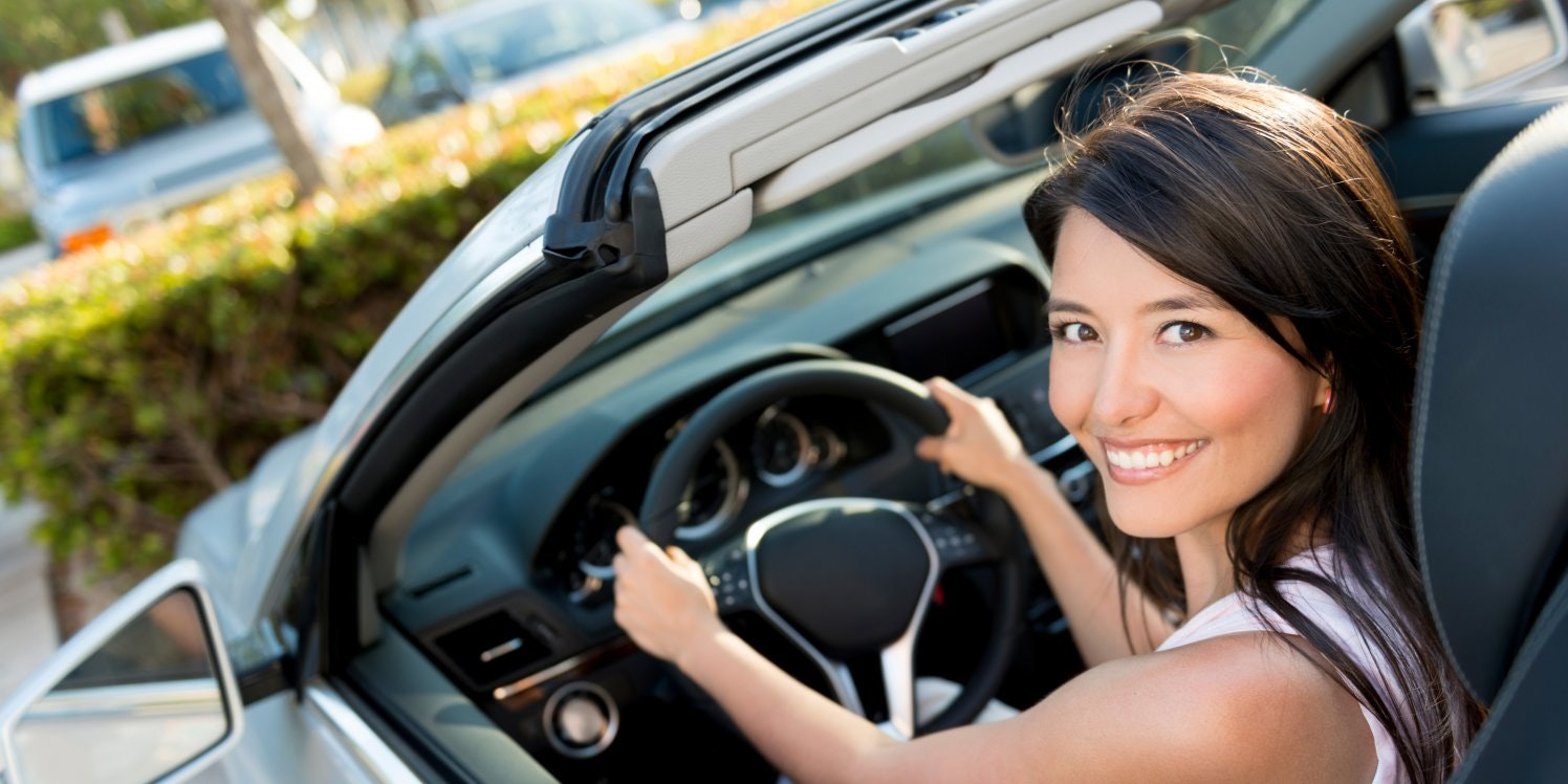 smiling-woman-in-car